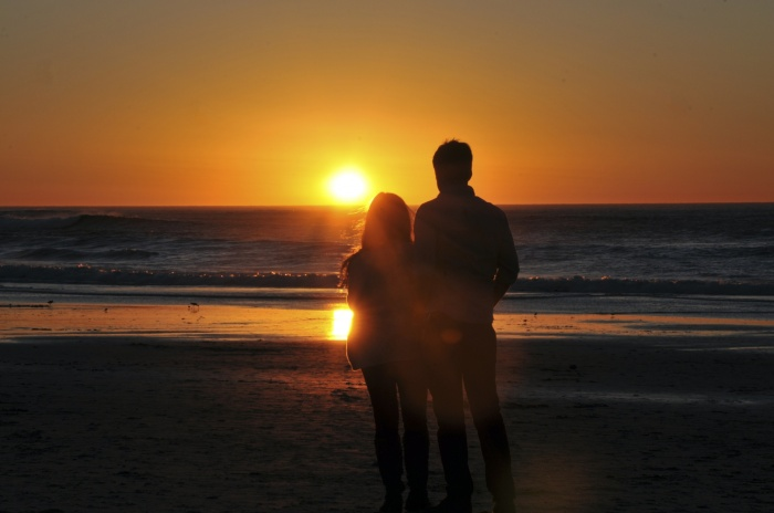 lovers-enjoying-ocean-sunset